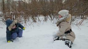 barn som leker snow lager videofilmer