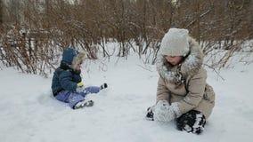 barn som leker snow stock video