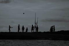 barn som leker solnedgång Arkivfoto