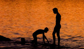 barn som leker solnedgång Royaltyfri Foto