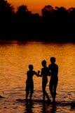 barn som leker solnedgång Arkivfoton
