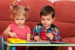 barn som leker tabellen Arkivfoto