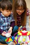barn som leker toys fotografering för bildbyråer
