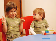 barn som leker två royaltyfria foton
