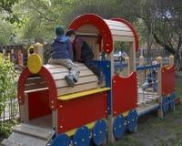 barn som leker utomhus Arkivbild