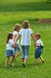 barn som leker utomhus Arkivfoto