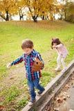 barn som leker utomhus Arkivfoton