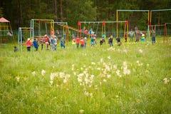barn som leker utomhus Royaltyfri Foto