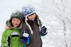 barn som leker vinter Arkivbild