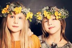 Barn som ler flickasystrar Fotografering för Bildbyråer