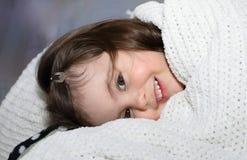 Barn som ler i säng Royaltyfri Foto
