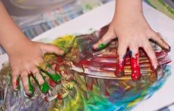 barn som little gör fingerpainting händer Royaltyfri Fotografi