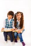 barn som läser en bok Arkivfoto