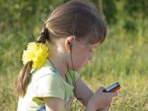 barn som lyssnar royaltyfria bilder