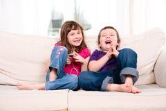 Barn som lyssnar till musik Royaltyfri Foto