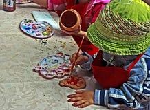 Barn som målar krukmakeri 1 Royaltyfria Foton