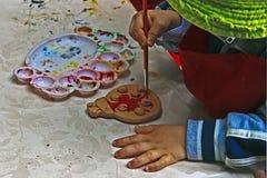 Barn som målar krukmakeri 8 Arkivfoto