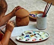 Barn som målar krukmakeri 1 Royaltyfri Fotografi