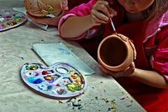 Barn som målar krukmakeri 2 Royaltyfri Fotografi