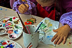 Barn som målar krukmakeri 3 Royaltyfri Foto