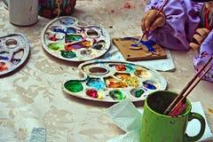 Barn som målar krukmakeri 6 Royaltyfria Foton