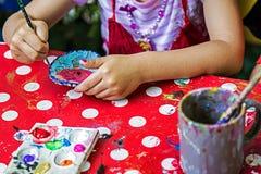 Barn som målar krukmakeri 13 fotografering för bildbyråer