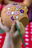 Barn som målar krukmakeri 14 Fotografering för Bildbyråer