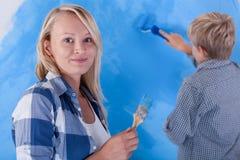 Barn som målar hans rum Royaltyfria Bilder