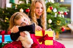 Barn som mottar gåvor på juldag Fotografering för Bildbyråer
