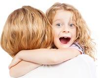 Barn som omfamnar modern Fotografering för Bildbyråer