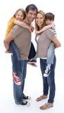 barn som på ryggen ger ritt för föräldrar Arkivbild