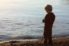 Barn som Peeing på stranden Royaltyfria Bilder