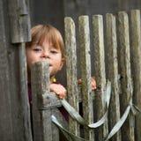 Barn som plattforer det lantliga staket för near tappning royaltyfria foton