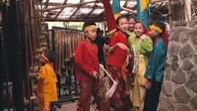 Barn som poserar, medan förbereda sig för den Angklung showen stock video