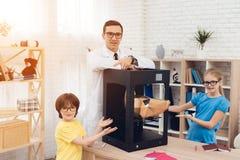 Barn som poserar på kameran samman med läraren och skrivaren 3d Fotografering för Bildbyråer