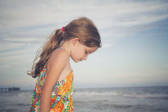 Barn som promenerar stranden Arkivfoto