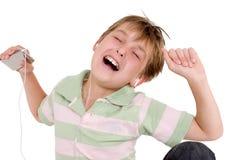 barn som räfflar musik till arkivbild