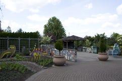 Barn som är trädgårds- i den Oregon trädgården Royaltyfri Fotografi
