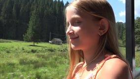 Barn som reser med drevet, ungeturist som ser p? f?nstret, campa aff?rsf?retag f?r flicka lager videofilmer