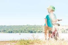 Barn som rider en cykel Arkivfoton