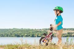 Barn som rider en cykel Arkivbild