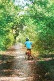 Barn som rider en cykel Royaltyfria Bilder
