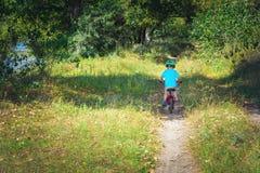 Barn som rider en cykel Royaltyfri Foto