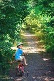 Barn som rider en cykel Royaltyfri Bild
