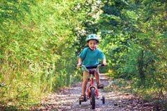 Barn som rider en cykel Fotografering för Bildbyråer