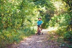 Barn som rider en cykel Royaltyfri Fotografi
