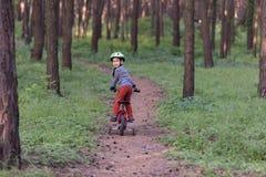 Barn som rider en cykel Arkivfoto