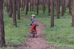 Barn som rider en cykel Royaltyfria Foton
