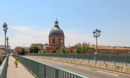 Barn som rider en cykel på en scenisk europeisk bro på en solig dag Royaltyfria Foton