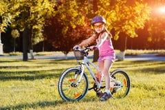 Barn som rider en cykel Ungen i hjälm på cykeln Royaltyfri Bild